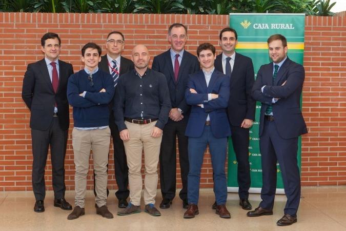 Foto de familia de los responsables de la UNAV, Caja Rural de Navarra y de los 4 proyectos innovadores premiados en esta última convocatoria.
