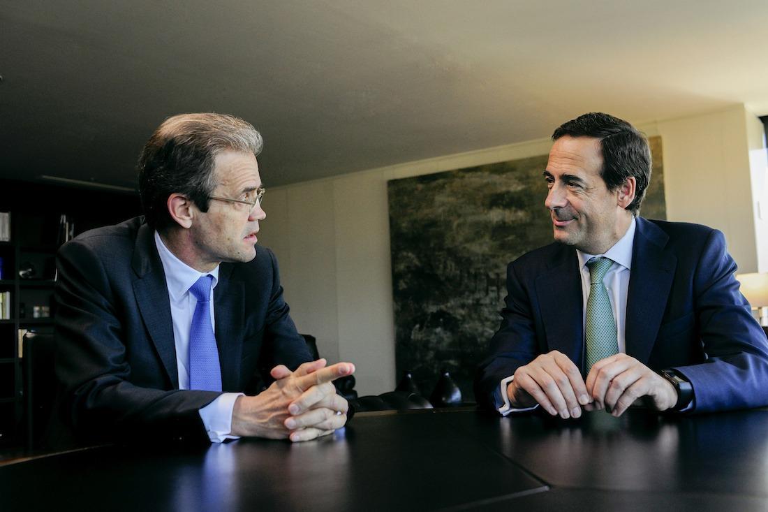 Jordi Gual, presidente de CaixaBank; y Gonzalo Gortázar, consejero delegado de la misma entidad.