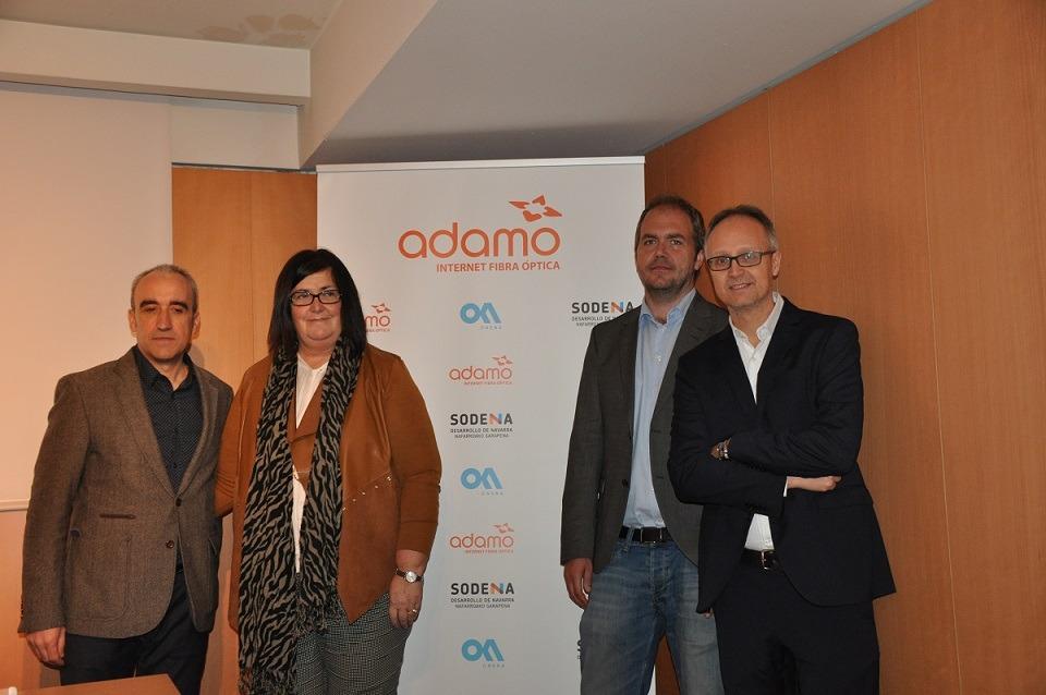 Representantes de Adamo, Onena y del Gobierno de Navarra posan antes de iniciar la rueda de prensa donde han anunciado sus planes para extender la banda ancha a toda la Comunidad foral.