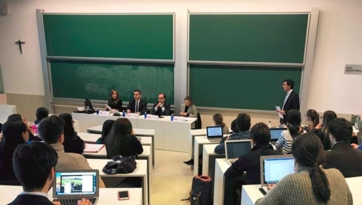 Un momento del encuentro celebrado en la UNAV con representantes de EY, Douglas y Sodexo.