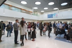 Vista panorámica de alumnos de la Universidad de Navarra durante el Winter Career Forum celebrado en el Edificio de Amigos del campus pamplonés.