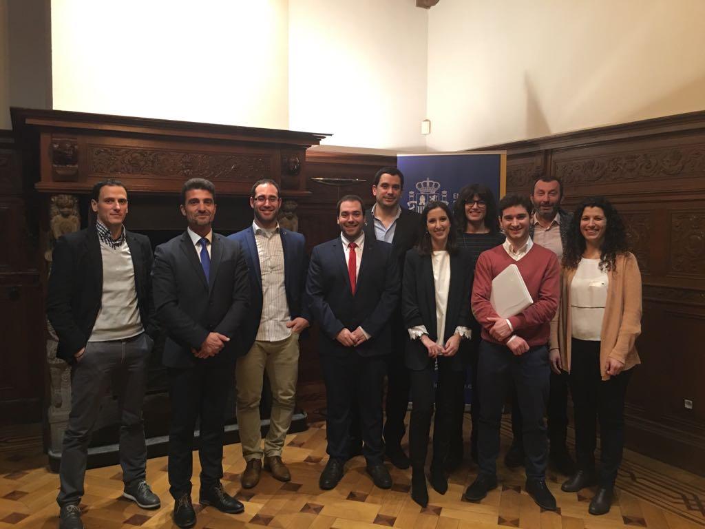 De I a D: Rodrigo Zardoya (Fundación Dédalo); Mariano Oto (NUCAPS); Sergio Huarte (APS); Santi González (Aldakin); Itziar Maestrojuan (Anteral); Almudena Gómez (Iden Biotechnology); Juan Abascal (ABANZA tecnomed) y; Philippe Blanquet (CiChorium). También aparecen los responsables del EEN de AIN y la UNAV, Montse Guerrero y Sergio Pérez, respectivamente.