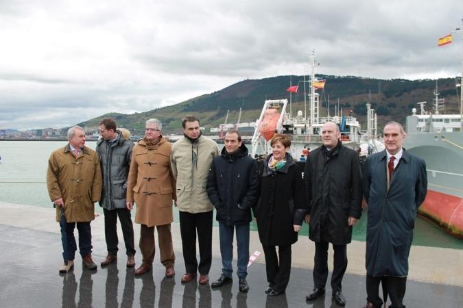Foto de familia de las autoridades presentes en la primera prueba de carga de gas natural licuado entre buques realizada en el Puerto de Bilbao.