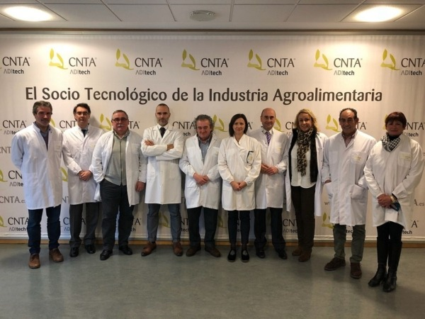 Los miembros del Senado posan antes de su visita a las instalaciones del CNTA.