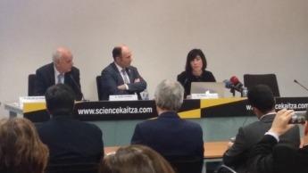 Juan Ramón de la Torre, director general de Aditech, Manu Ayerdi, presidente de Aditech y Paula Noya, directora de Cooperación Tecnológica y Excelencia