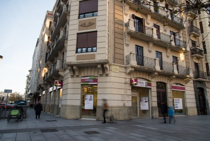 Sucursal Caja Laboral en la Avda. Carlos III de Pamplona.