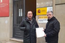 David Lezáun, secretario de UAGN, y Félix Bariáin, presidente, ante la puerta de la Delegación del Gobierno en Navarra.
