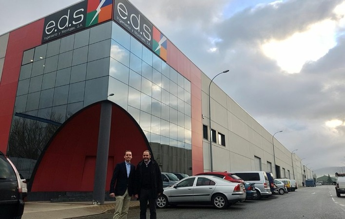 Responsables de Eiffage Energía y EDS posan frente a la sede central de esta última en Galdakao (Bizkaia).
