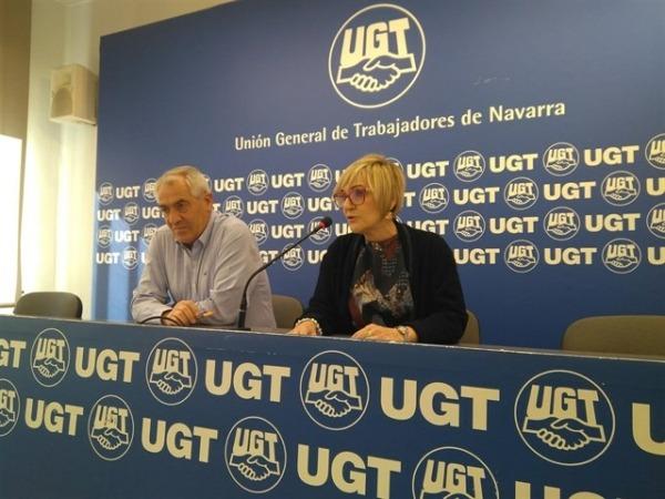 Un momento de la comparecencia hoy del secretario general de UGT Navarra,  Jesús Santos (derecha) junto a Marisol Vicente, secretaria de Políticas Sociales (FOTO: EuropaPress)