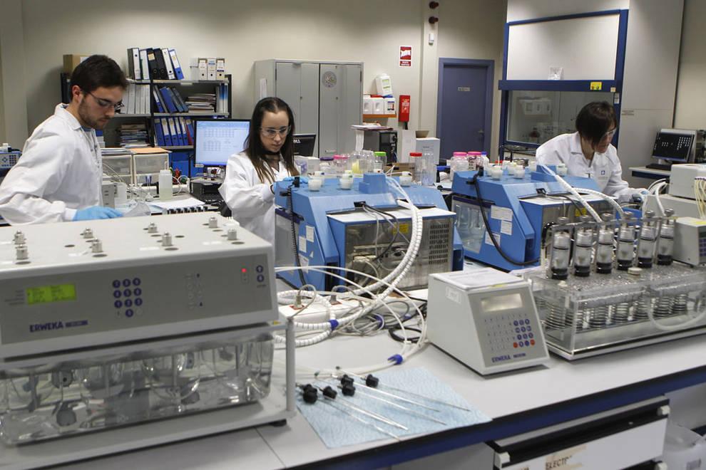 Trabajadores en el laboratorio de Idifarma. (FOTO: diariodenavarra.es)