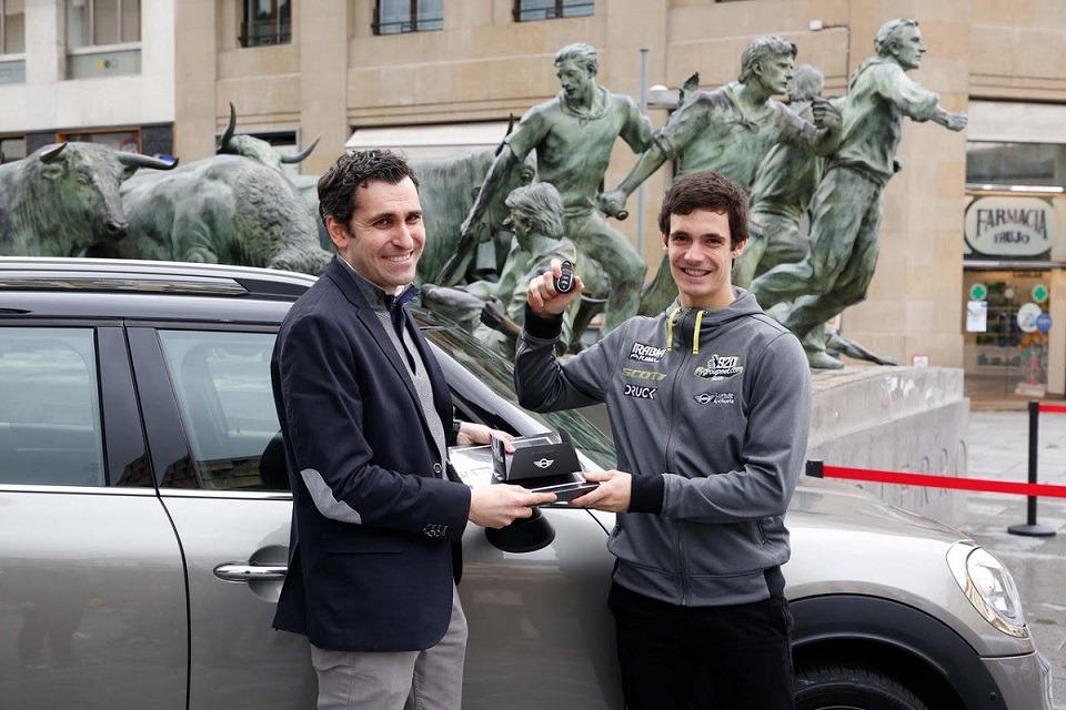 Ángel Rodríguez, de Mini Lurauto-Archueta, entrega las llaves del MINI que utilizará Ander Valentín para sus desplazamientos.