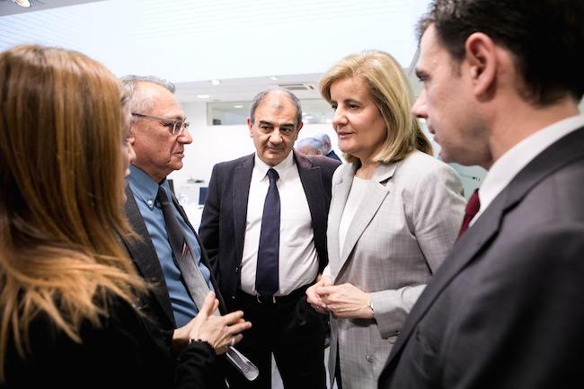 La ministra Báñez charla con los asistentes a la presentación, entre los que se encuentra Ignacio Ugalde.