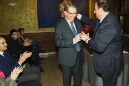 Momento en el que Carlos Alonso, director de Alme Correduría de Seguros, recibe el 'Mediaoro 2017'. (FOTO: Edu Sanz)