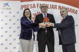 José Pedro Salcedo Herce de Conservas El Navarrico (en el centro) acompañado por Ana Díez Fontana, directora territorial de Caixabank en Navarra (izquierda) y Francisco Esparza, presidente de ADEFAN (derecha)