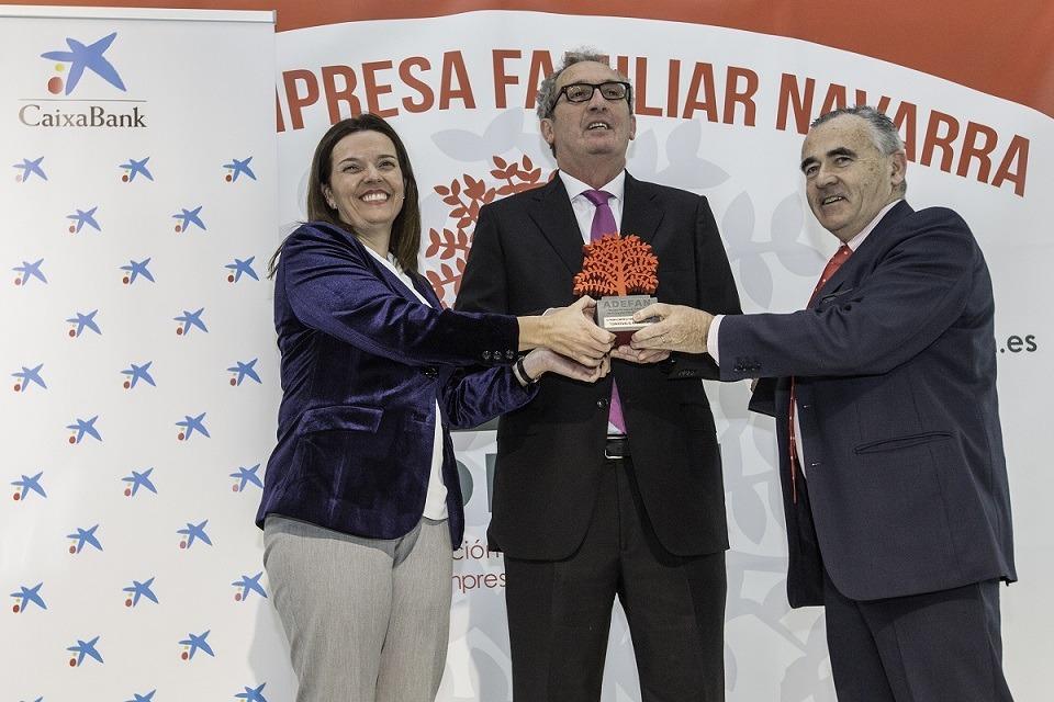 José Pedro Salcedo Herce de Conservas El Navarrico (en el centro) acompañado por Ana Díez Fontana, directora territorial de Caixabank en Navarra (izquierda) y Francisco Esparza, presidente de ADEFAN (derecha) durante el premio ADEFAN de 2018.