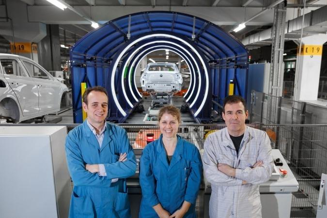 De I a D: Responsables Pintura VW Navarra: Francisco Rodríguez, Amaya Novoa y Luis Bacaicoa.