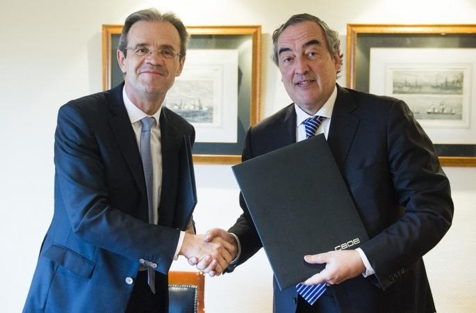 Momento de la firma del acuerdo entre Jordi Gual, Caixabank (a la izquierda) y Joan Rosell, CEOE, (a la derecha).