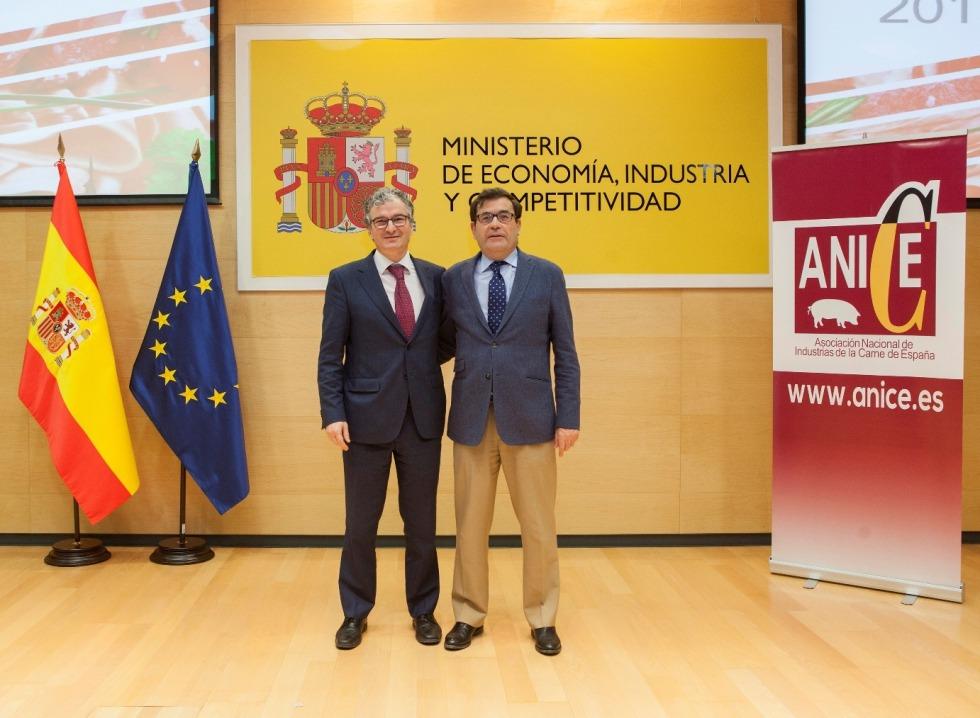De I a D: Alberto Jiménez (Goikoa, nuevo presidente ANICE) posa junto a Carlos Cabanas, secretario general de Agricultura y Alimentación.