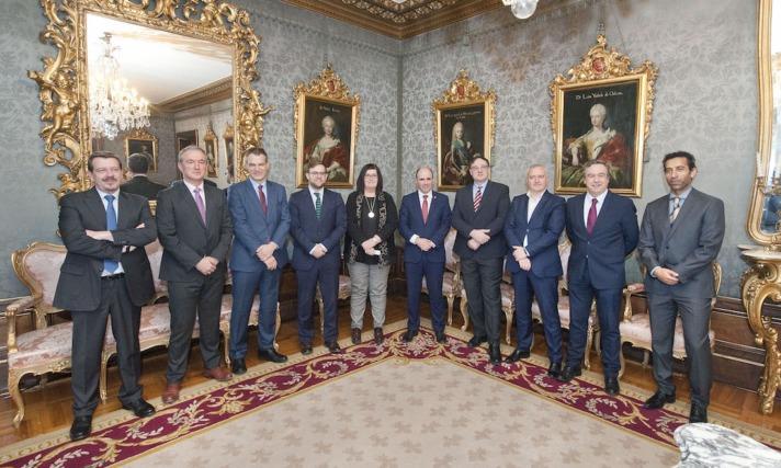 La consejera de CEIN y el vicepresidente Ayerdi con representantes de las empresas patrocinadoras.