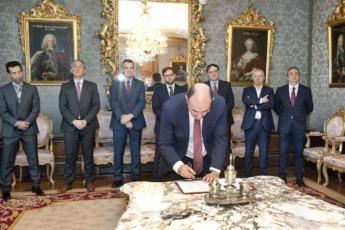 Manu Ayerdi firma el acuerdo con las empresas patrocinadoras.