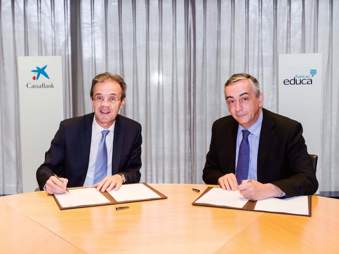 Jordi Gual, CaixaBank, y Carlos Ocaña, Funca, ratificando el acuerdo para promover la educación financiera.