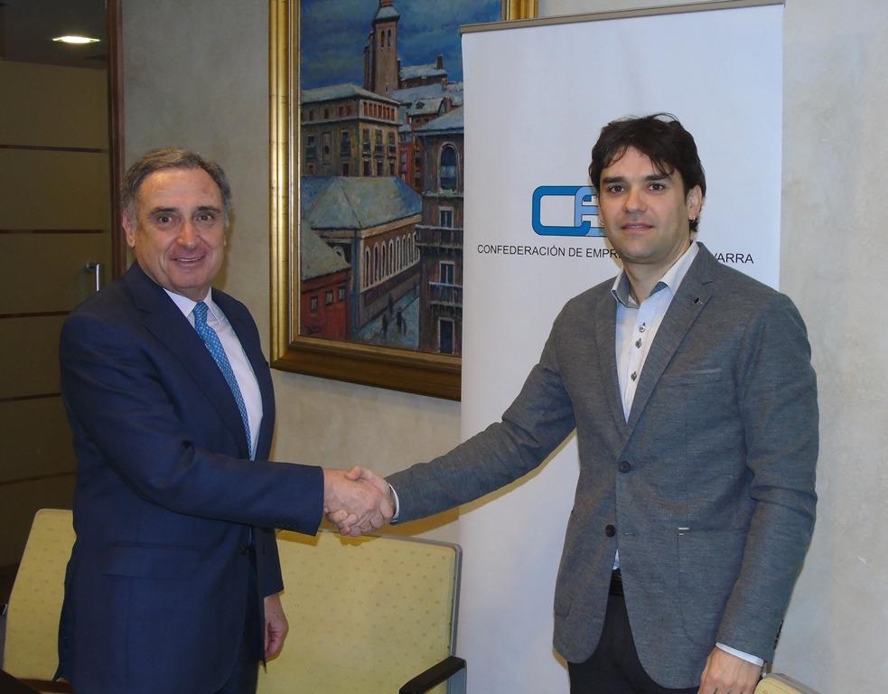 El presidente de CEN, José Antonio Sarría, y el alcalde de Lodosa, Pablo Azcona, tras la firma del acuerdo.