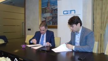 José Antonio Sarría y Pablo Azcona durante la firma del acuerdo