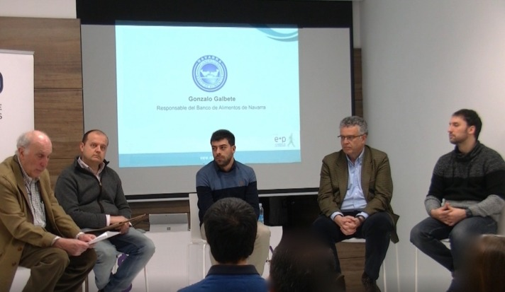 En el centro, Joseba Domingo, responsable Comercial y de Comunicación, junto a las cuatro entidades sociales.