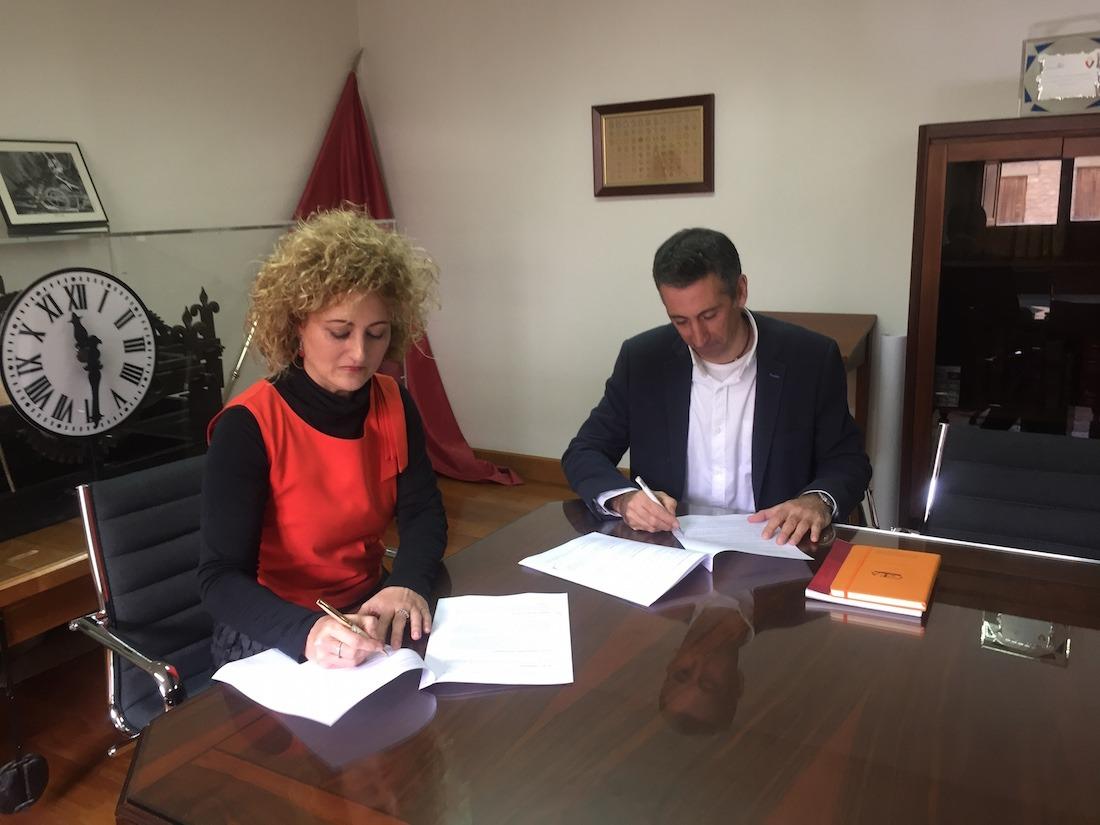Susana Castanera, alcaldesa de Allo; y Guillermo Erice, presidente de los empresarios, durante la firma del acuerdo. (FOTO: Cedida por Laseme)