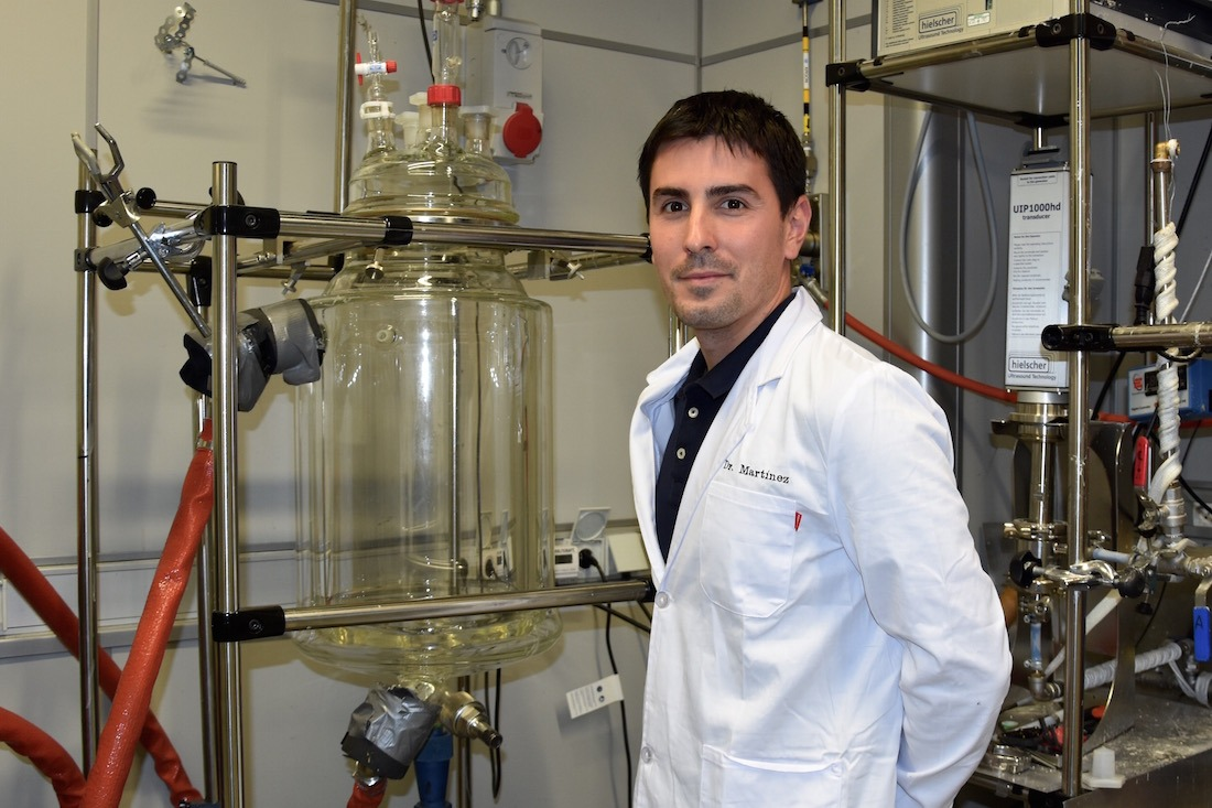 El investigador de AIN, Alejandro V. Martínez, junto al reactor de 20L para escalado de proceso en el proyecto OLEOENZYGLY.