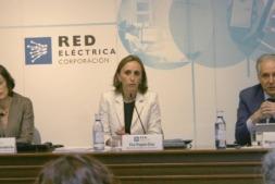 Fátima Rojas, directora de Sostenibilidad e Innovación de Red Eléctrica, junto a la directora general de Transporte, Eva Pagán, y el director general de Operación, Miguel Duvison.