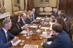 Un momento del encuentro celebrado en el Palacio de Navarra entre Manu Ayerdi, los impulsores de la Agenda Sectorial de la Industria de la Automoción y los representantes del sector en la Comunidad foral.