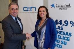 José Antonio Sarría y Ana Díez Fontana, durante la firma del convenio de colaboración.
