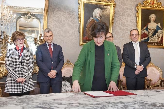 La consejera Maria Solana procede a la firma del convenio con las Universidades de la Comunidad foral.