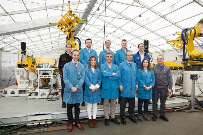 El grupo de trabajo responsable del proyecto posa delante de una máquina utilizada en la fabricación del segundo modelo.