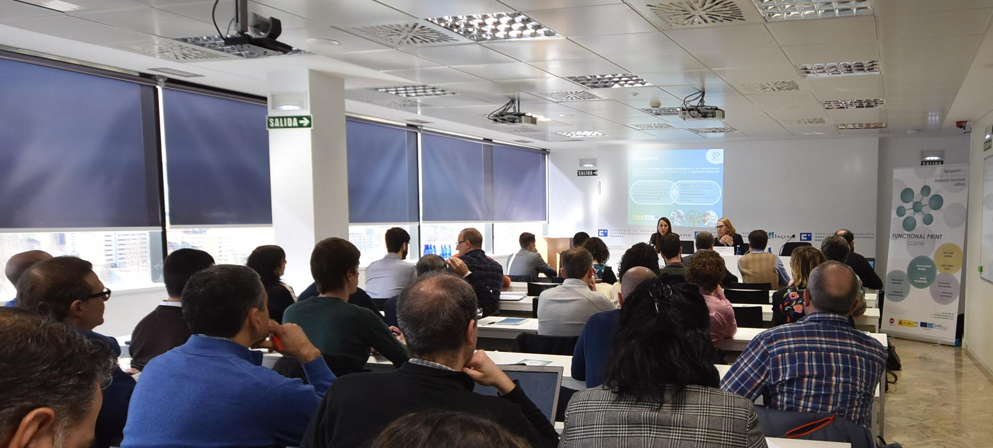 La directora gerente del SNE-NL, Paz Fernández, expone el plan para fomentar el uso de la impresión aditiva (3D).
