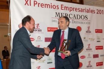 El director de Responsabilidad Social Corporativa de EROSKI, Alejandro Martínez Berriochoa (dcha.), recoge el Premio de manos del director general de Bodegas Protos, Carlos Villar Bara.