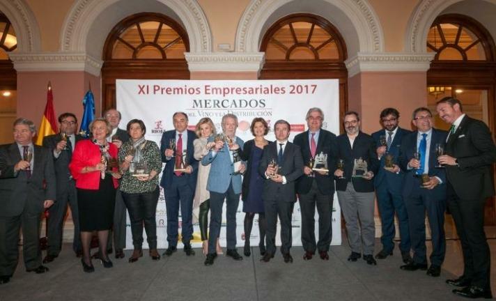 Foto de familia de los galardonados en la XI edición de los Premios Empresariales de Mercados del Vino y la Distribución celebrada en la sede del Ministerio de Agricultura, Pesca, Alimentación y Medio Ambiente.