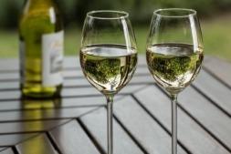 La frescura de un vinho verde lo convierte en la bebida perfecta para recibir al calor.