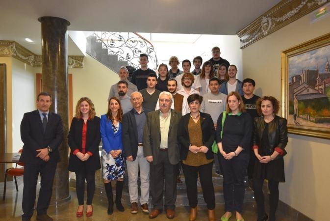 Foto de familia de los promotores de la iniciativa 'ClickPaper' junto a la consejera foral de Educación, María Solana (en el centro).