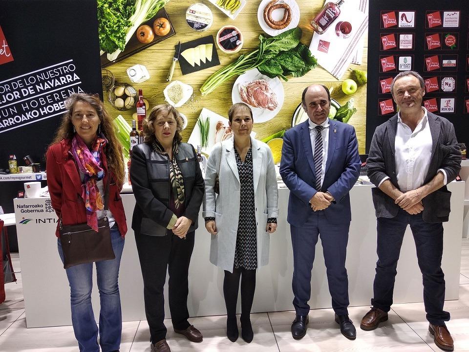 La delegación institucional navarra posa en el pabellón que la Comunidad foral tiene en Alimentaria de Barcelona.
