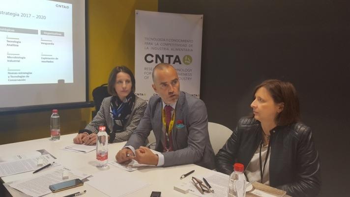 Héctor Barbarin junto a Estefanía Erro e Inés Echeverría en la presentación de CNTA en Alimentaria 2018.
