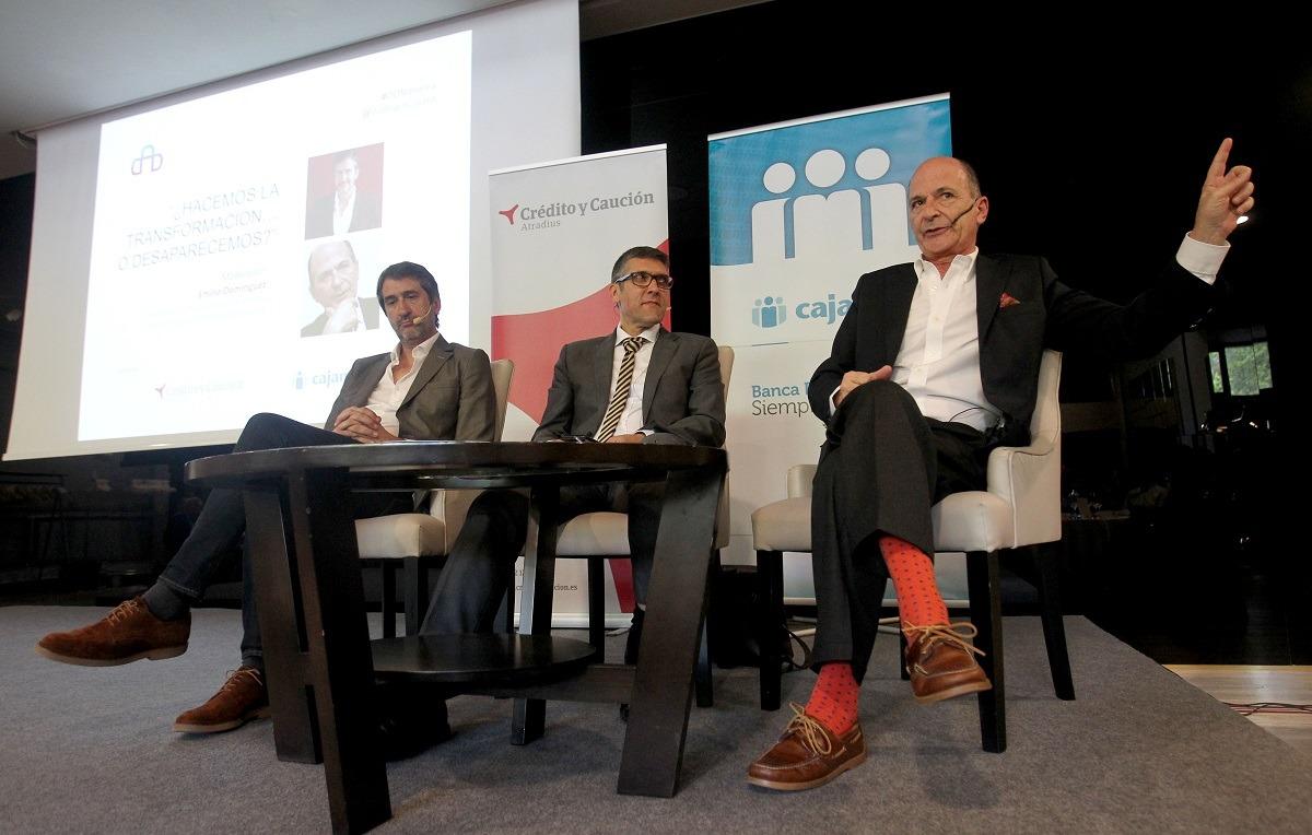 Jesús Vega, Emilio Domínguez, decano de Económicas de la UPNA y moderador del debate, y Carlos Rodríguez Braun.