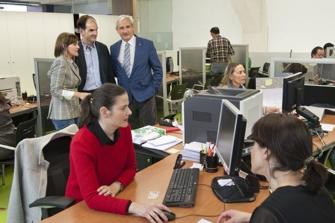 Marta Otamendi, Luis Esain y el consejero Aranburu en la oficina de Hacienda de la calle Esquíroz de Pamplona.
