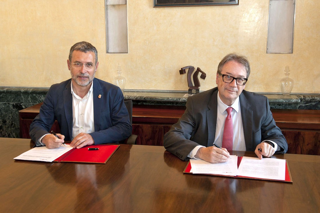Miguel Laparra y Marc Simón durante la firma del acuerdo.