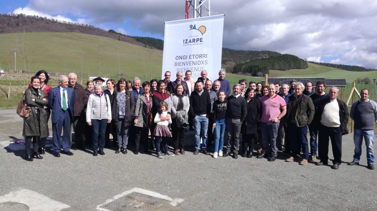 Foto de grupo de los participantes en la fiesta de inauguración del camping Izarpe.