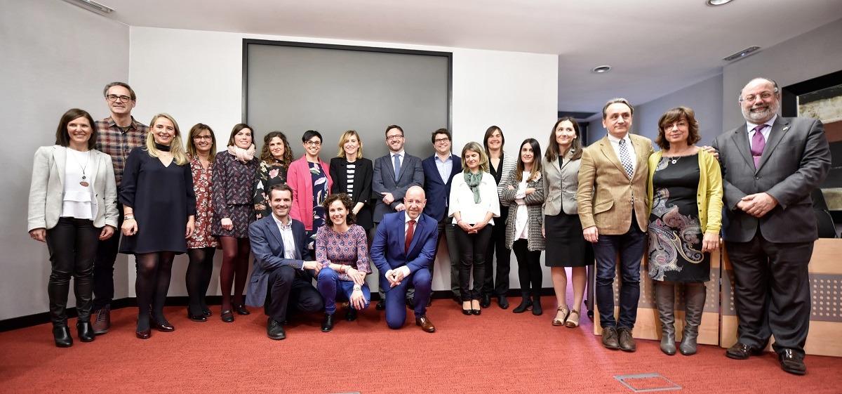 Gran foto de familia de los participantes en el encuentro de Mediación. (FOTO: Oskar González)