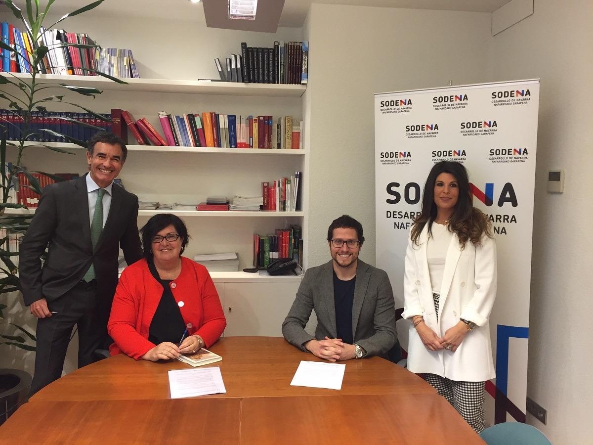 Foto de familia de los responsables de Sodena y AJE tras la firma del convenio.