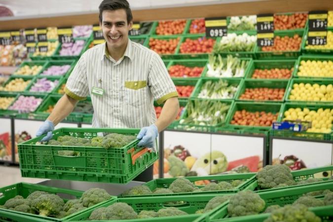 Un trabajador del supermercado de Mercadona de Olaz.