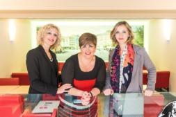 El equipo directivo del Hotel Maisonnave, Elena Ruiz, Esther Sanz y Leire Alemán, da la Bienvenida.